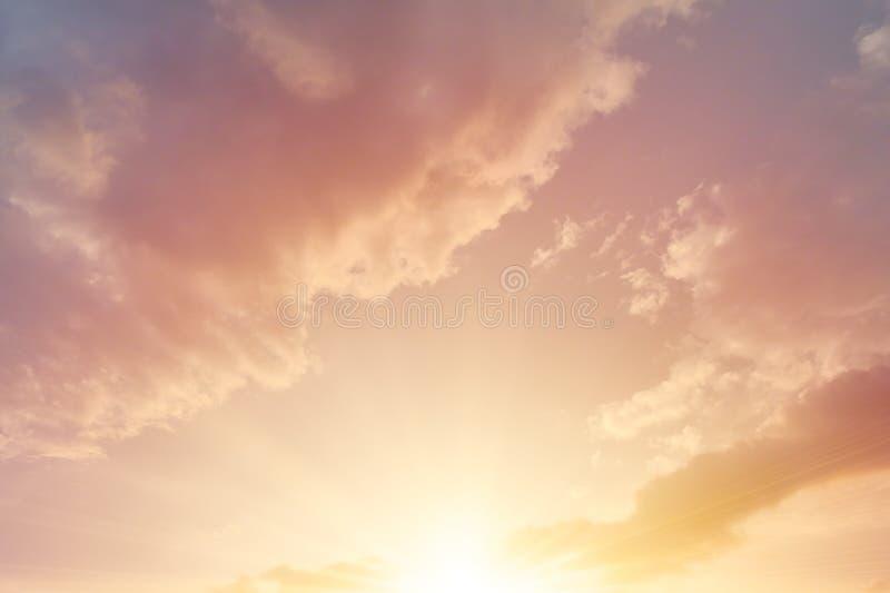 Bella nuvola dorata di cielo di alba di mattina del cielo fotografia stock libera da diritti