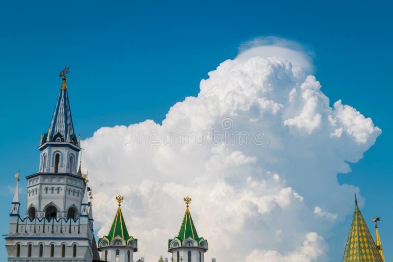 Bella nuvola enorme in cielo blu con il castello come priorità alta immagini stock libere da diritti