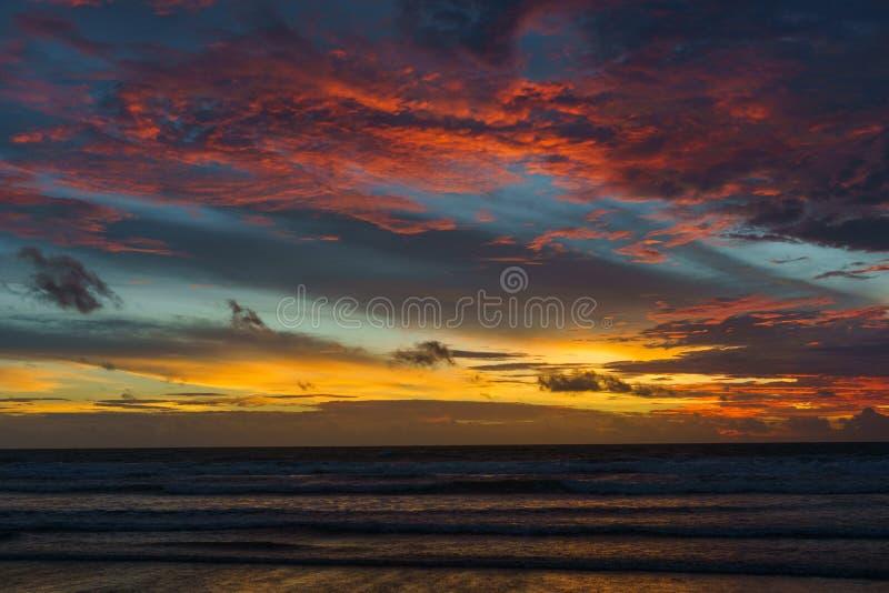 Bella nuvola stupefacente di tramonto in Bali, Indonesia immagini stock