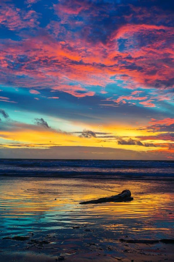 Bella nuvola stupefacente di tramonto in Bali, Indonesia fotografie stock libere da diritti