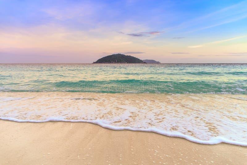 Bella onda sulla spiaggia di sabbia bianca all'isola tropicale immagine stock libera da diritti
