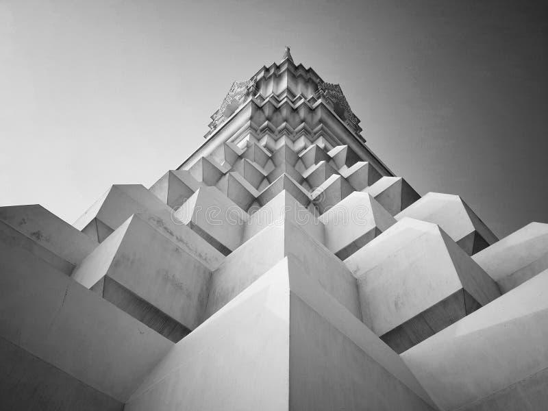 Bella pagoda bianca simmetrica, Tailandia fotografia stock