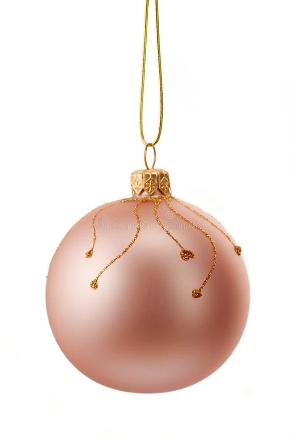Bella palla rosa di natale con l'ornamento frizzante dell'oro isolato su bianco fotografia stock