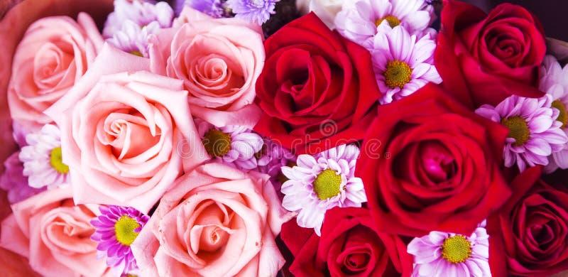 Bella parete rosa fatta di carta variopinta, backg di giorno di biglietti di S. Valentino immagini stock libere da diritti