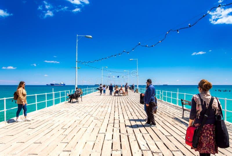 Bella passeggiata del mare con le palme, le sculture e gli stagni a Limassol, Cipro immagine stock