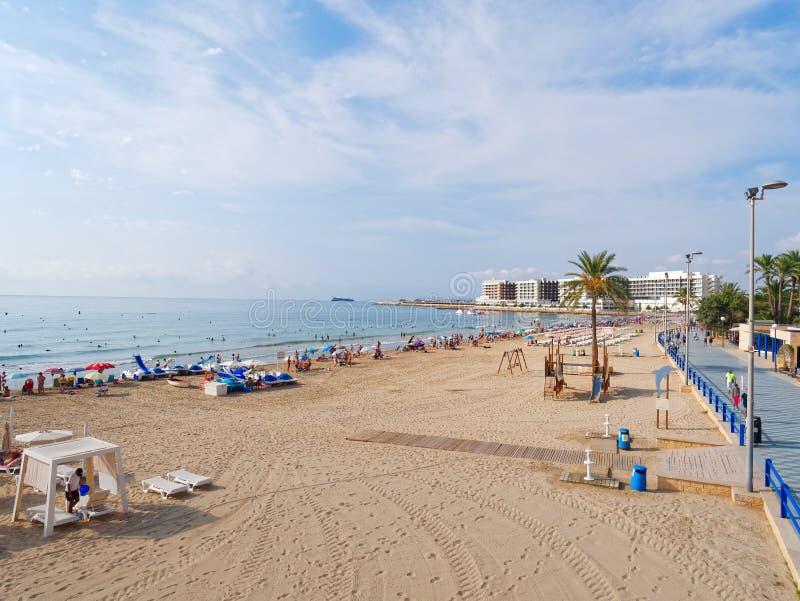 Bella passeggiata lungo la spiaggia sabbiosa ed il mare in Alicante spain immagine stock