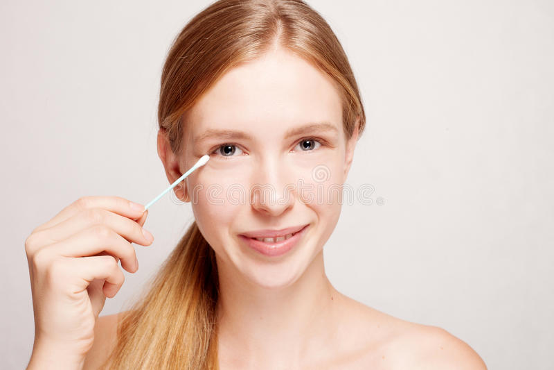Bella pelle felice di pulizia della giovane donna dal tampone di cotone immagine stock libera da diritti