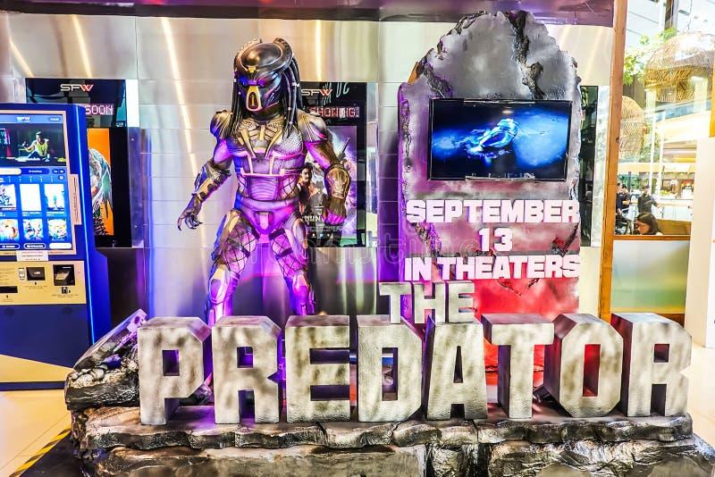 Bella persona in piedi delle esposizioni predatori di film al teatro immagini stock libere da diritti