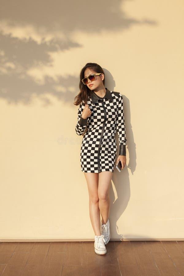 Bella più giovane donna asiatica che indossa vecchio invio del vestito da modo immagine stock