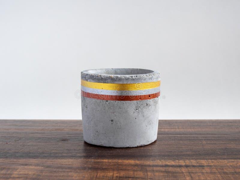 Bella piantatrice concreta dipinta vuota Vaso fatto a mano del cemento per la decorazione domestica immagine stock libera da diritti