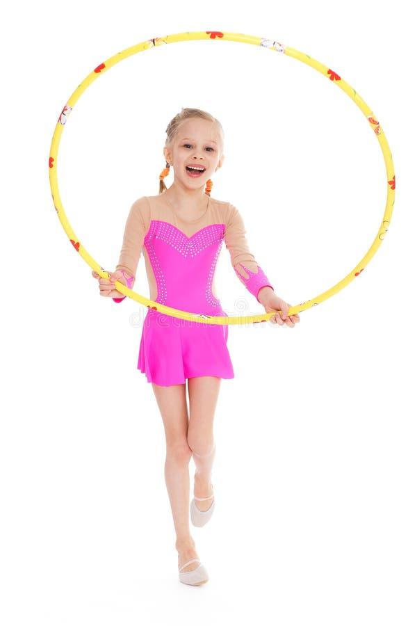 Bella piccola ginnasta con il cerchio fotografia stock
