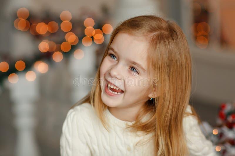 Bella piccola ragazza bionda con gli occhi azzurri che sorride al nuovo YE fotografie stock libere da diritti