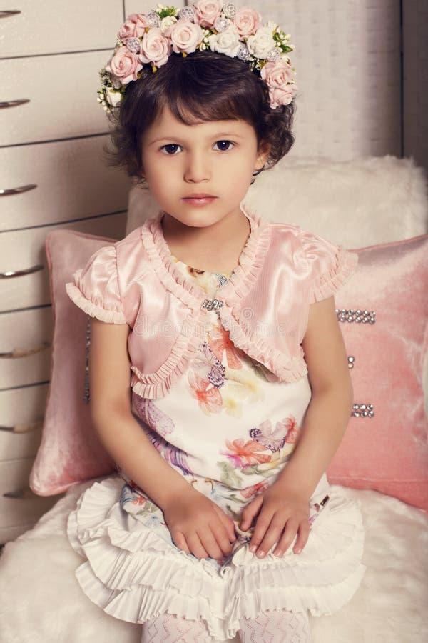 bella piccola ragazza sveglia in fascia del fiore immagini stock libere da diritti