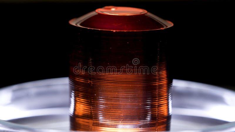 Bella pietra rossa che si trova nel piatto petry su fondo nero Metraggio di riserva Chiuda su per la menzogne vermiglia dei crist fotografia stock libera da diritti