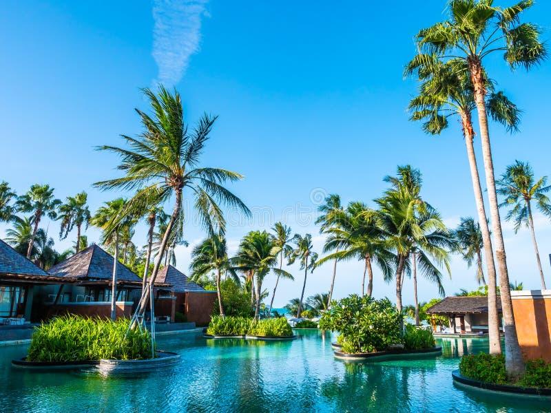 Bella piscina all'aperto con cielo blu in hotel e in resor immagine stock