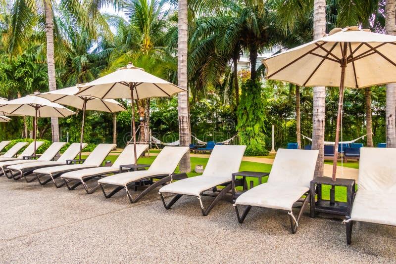 Bella piscina all'aperto di lusso in hotel e nella località di soggiorno fotografie stock