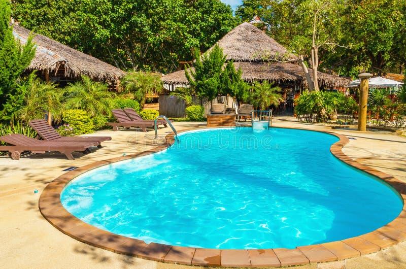 Bella piscina vicino alla spiaggia esotica immagine stock