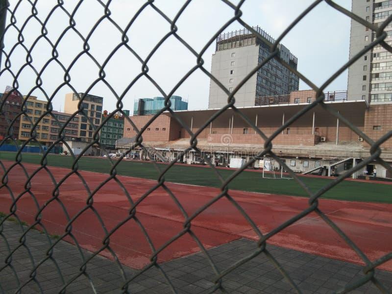 Bella plaza di pallacanestro e del cielo blu fotografia stock libera da diritti