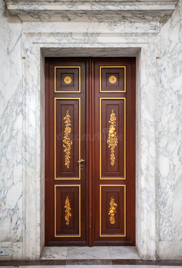 Bella porta di legno in una casa di marmo fotografia stock libera da diritti