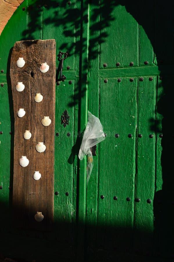 Bella porta di una Camera di Maragata che data nello XVI secolo con Peregrine Shells In Castrillo De Los Polvazares Architectu fotografie stock