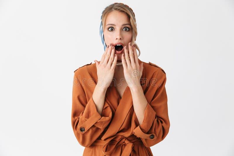 Bella posa di seta d'uso di grido colpita della sciarpa della donna giovane della bionda abbastanza isolata sopra il fondo bianco fotografie stock