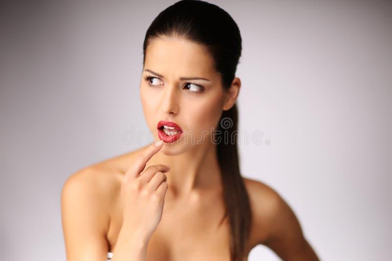 Bella posizione della giovane donna. fotografie stock libere da diritti