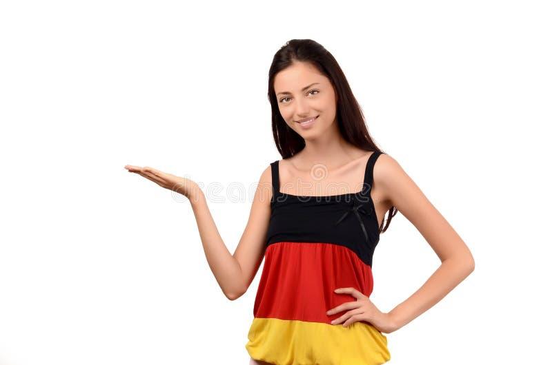 Bella presentazione della ragazza. Ragazza attraente con la blusa della bandiera della Germania. fotografia stock libera da diritti