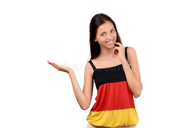 Bella presentazione della ragazza. Ragazza attraente con la blusa della bandiera della Germania. immagini stock libere da diritti