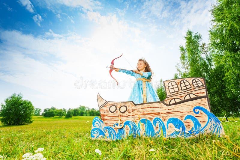 Bella principessa con l'arco, fucilazione di inizio della freccia fotografia stock libera da diritti
