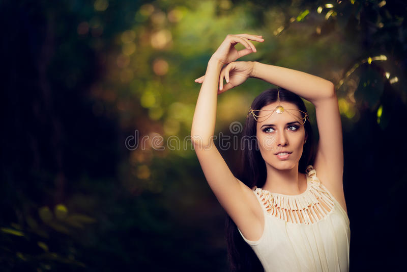 Bella principessa leggiadramente Girl nel paesaggio di fantasia di estate immagine stock