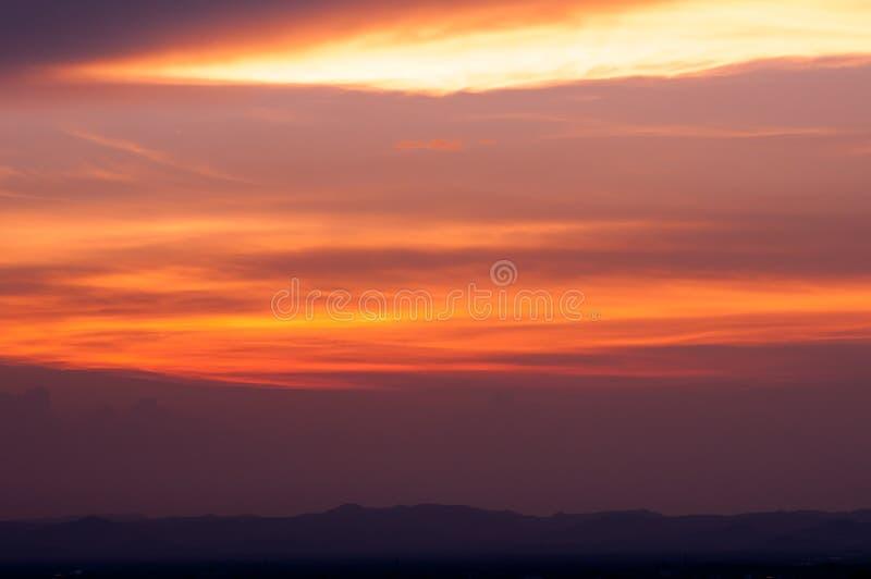 Bella priorità bassa della natura Tramonto variopinto Cielo drammatico fotografia stock