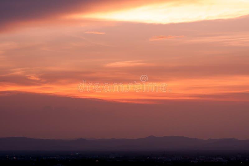 Bella priorità bassa della natura Tramonto variopinto Cielo drammatico fotografia stock libera da diritti