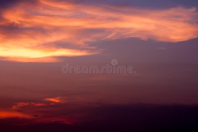 Bella priorità bassa della natura Tramonto variopinto Cielo drammatico fotografie stock