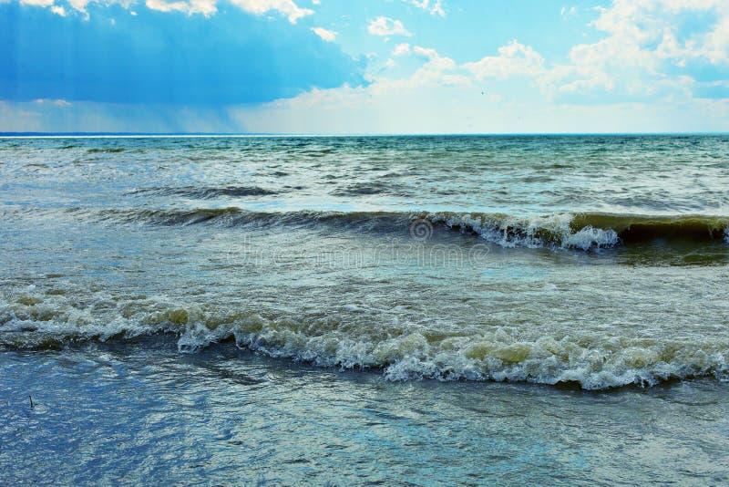 Bella priorit? bassa di estate Bello paesaggio del mare Lago con le onde, giorno soleggiato di estate fotografia stock libera da diritti