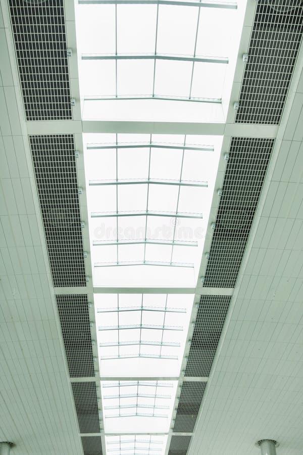 Bella progettazione del tetto con l'apertura della luce naturale, aeroporto del Dubai immagine stock