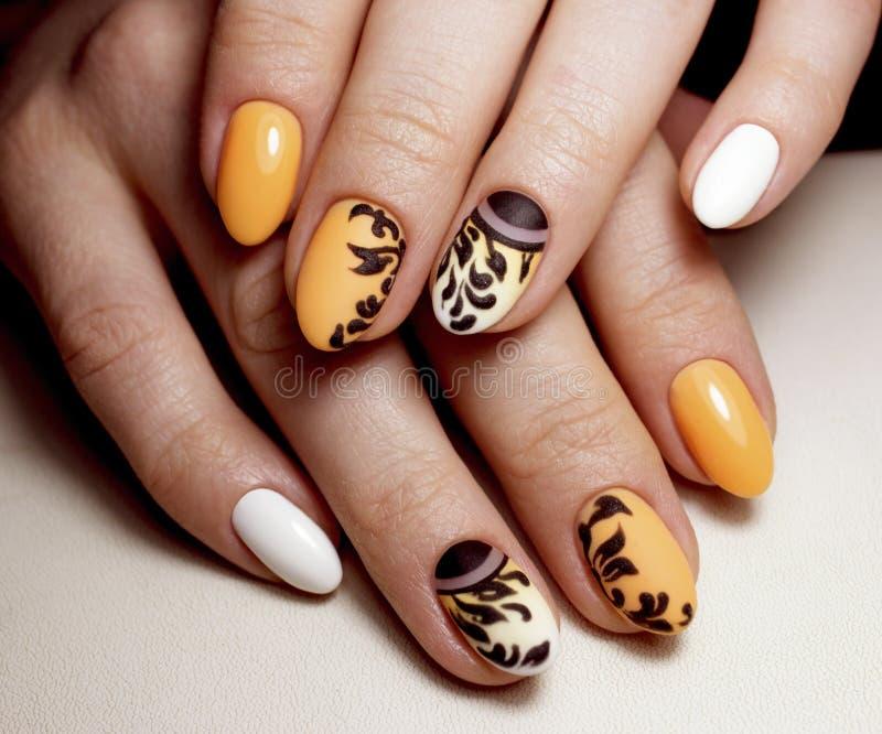 Bella progettazione gialla del manicure per le unghie Arte di progettazione dei chiodi immagine stock libera da diritti