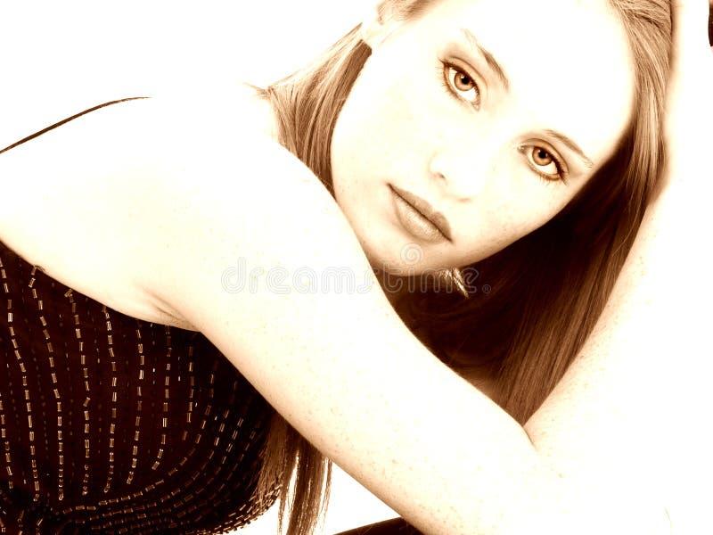 Bella quattordici ragazze di anni nella seppia fotografia stock