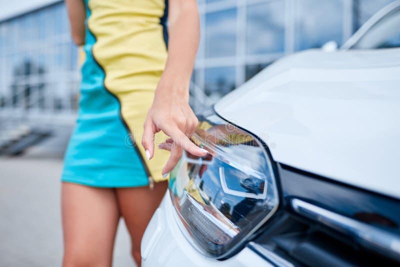 Bella ragazza accanto ad una nuova automobile Il concetto di acquisto dell'automobile nuova immagine stock libera da diritti