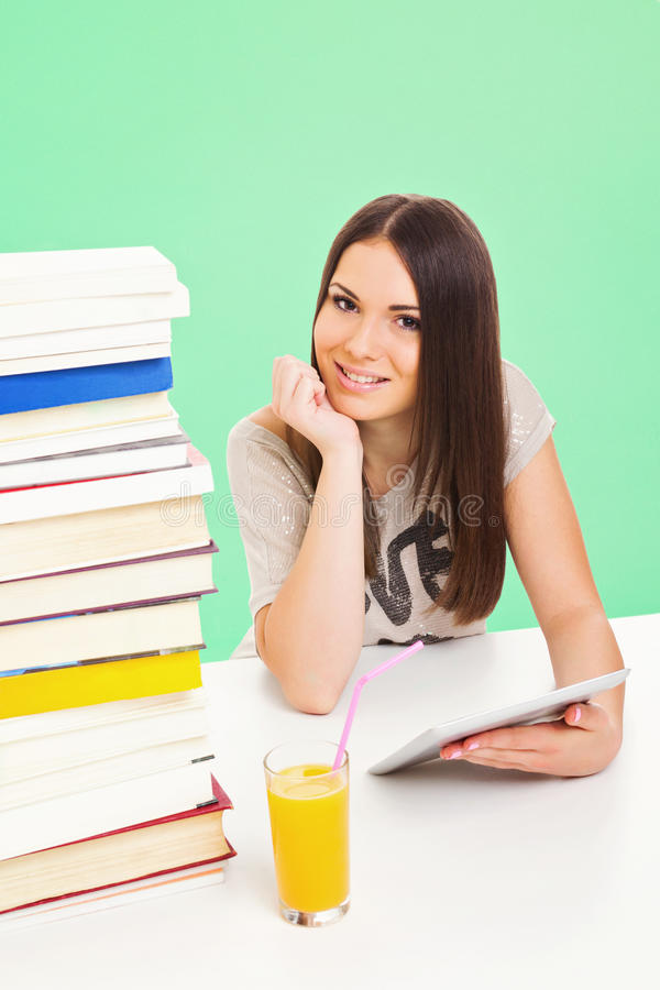 Bella ragazza adolescente dello studente con il computer ed i libri della compressa fotografie stock