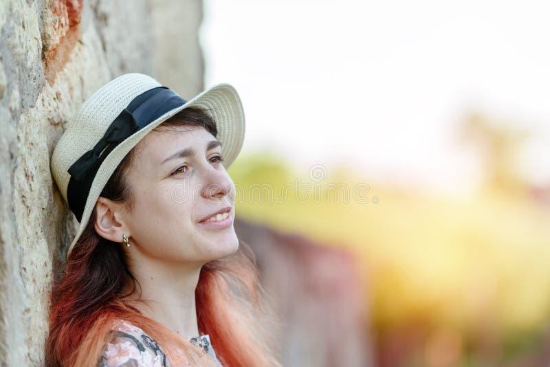 Bella ragazza al vecchio concetto di pietra della parete- dello stile di vita immagini stock libere da diritti