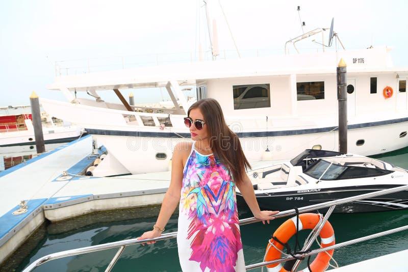 Bella ragazza all'yacht - Dubai fotografia stock libera da diritti