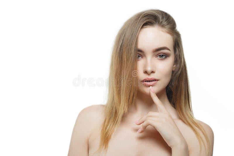 Bella ragazza alla moda con capelli scorrenti che esaminano macchina fotografica con espressione facciale felice allegra fotografia stock