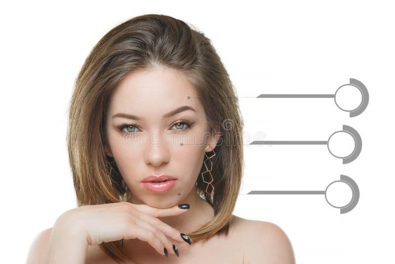 Bella ragazza alla moda con capelli scorrenti che esaminano macchina fotografica con espressione facciale felice allegra fotografia stock libera da diritti
