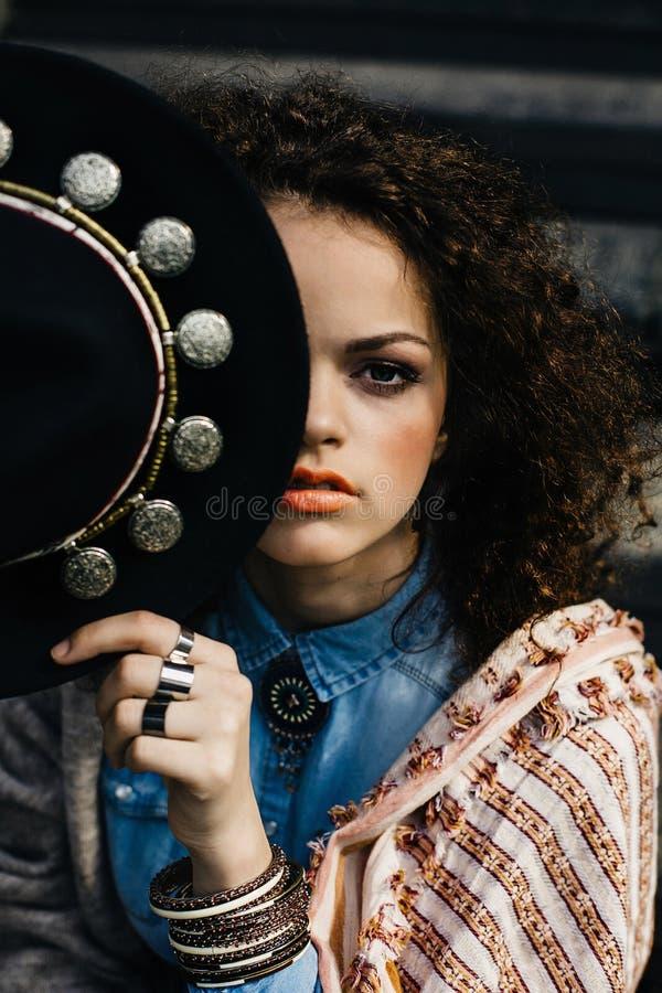 Bella ragazza alla moda con il cappello fotografia stock libera da diritti