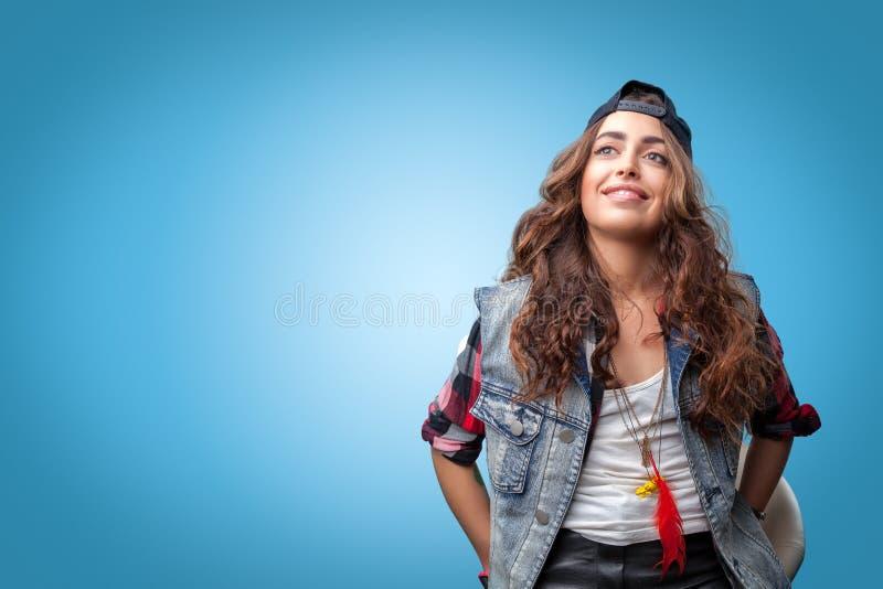 Bella ragazza alla moda d'avanguardia dei pantaloni a vita bassa nel sorridere del cappuccio fotografia stock