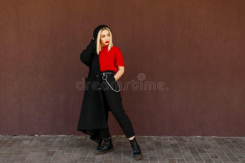 Bella ragazza alla moda in un berretto nero immagine stock libera da diritti