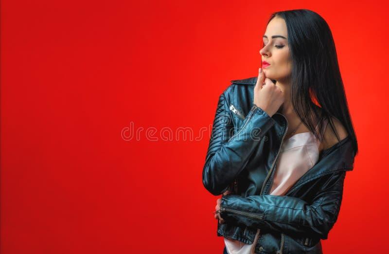 Bella ragazza ambiziosa con capelli lunghi neri in un leathe fotografie stock libere da diritti