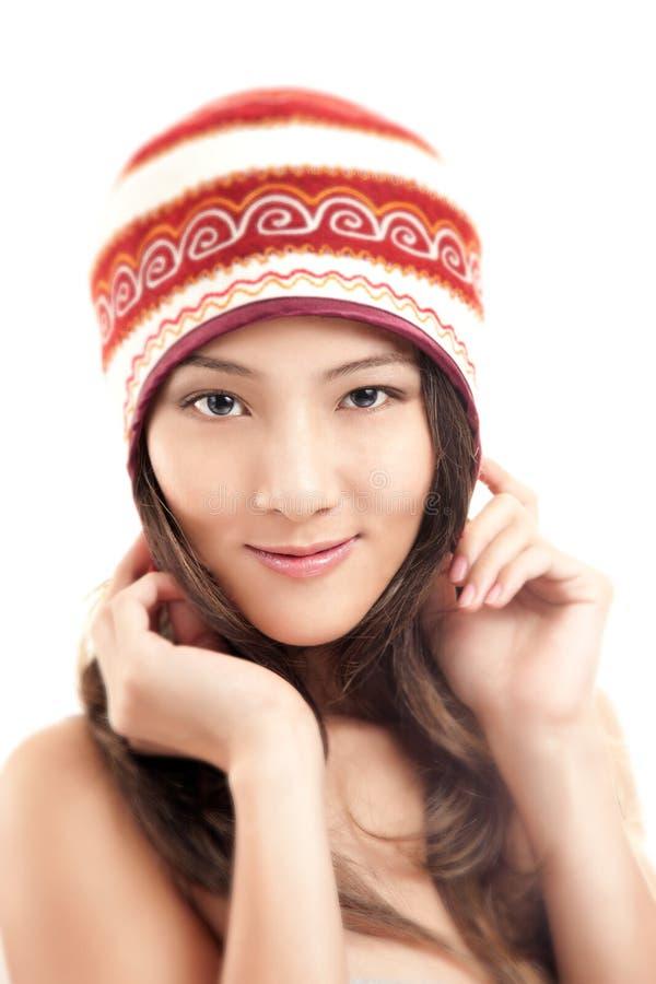 Bella ragazza asiatica in cappello di inverno immagini stock