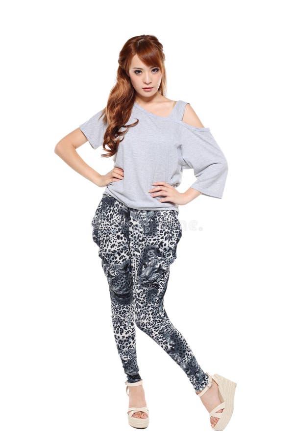 Bella ragazza asiatica del modello di modo in vestito moderno immagini stock