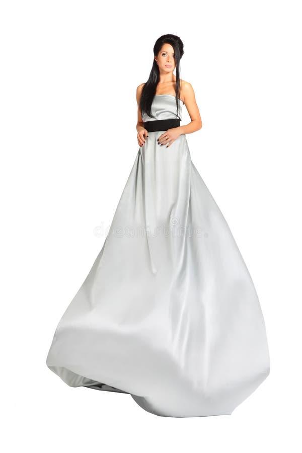 Bella ragazza astuta che porta vestito d'argento lungo immagini stock